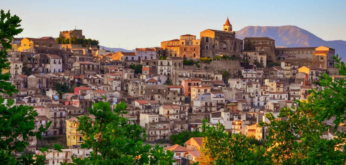Будинки в Castiglione Di Sicilia розташовані на різних рівнях пагорба.