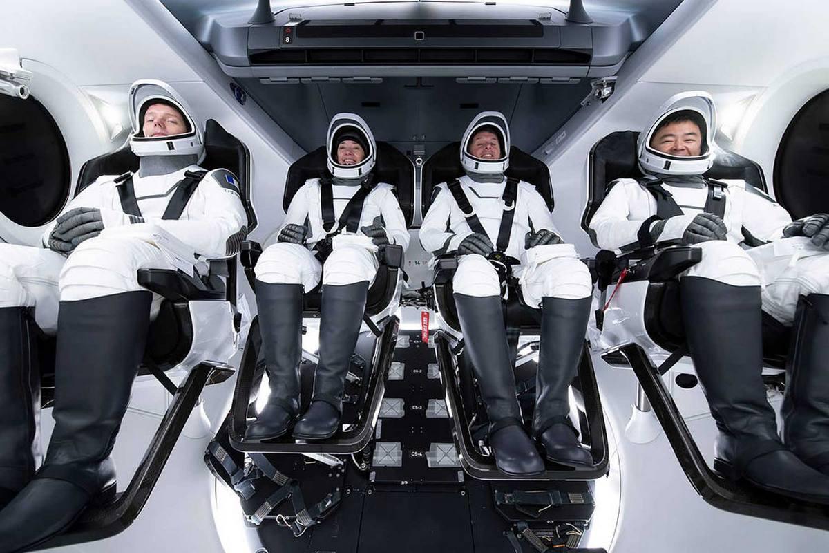 Екіпаж другої довготривалої місії SpaceX Crew Dragon на Міжнародній космічній станції, SpaceX Crew-2 НАСА, зображений під час тренувань у навчальному закладі SpaceX у місті Хоторн, штат Каліфорнія.
