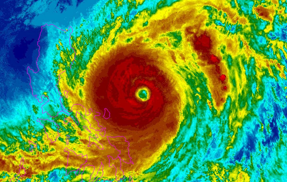 Супутниковий знімок тайфуну Surigae недалеко від Філіппін.